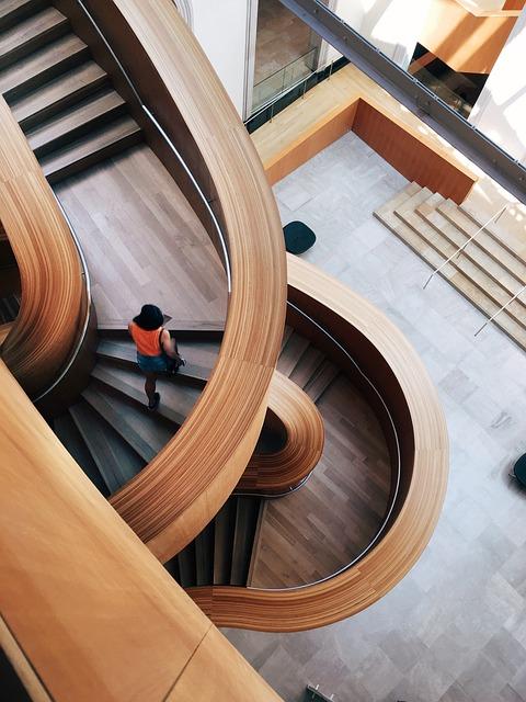 arkitektonisk trappe indenfor kontorbygning