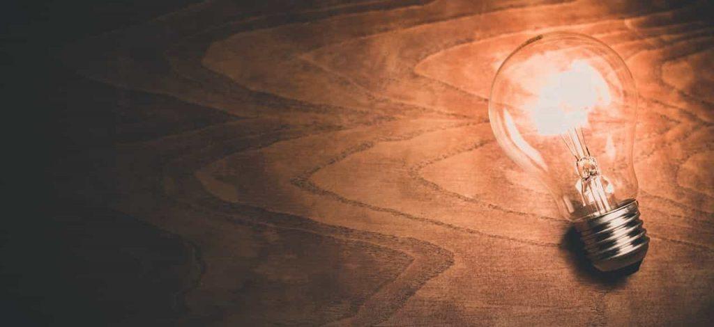 Lyspære liggende på en træbordplade